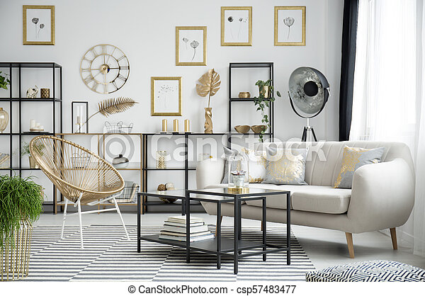 Ein goldenes wohnzimmer. Goldstuhl neben dem schwarzen tisch ...