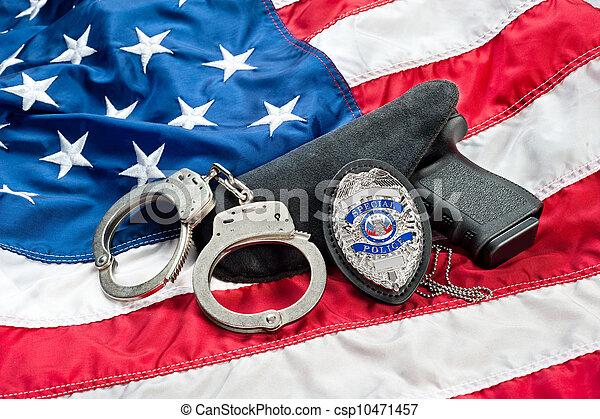 Una placa de policía y un arma - csp10471457