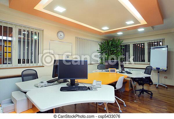 Intérieur bureau. moderne simple bureau equipment. éclairage