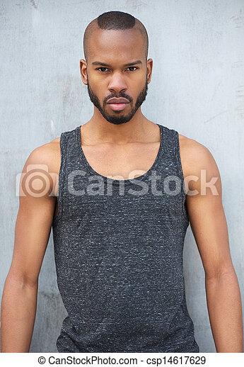 Hermoso hombre negro con una mirada intensa - csp14617629