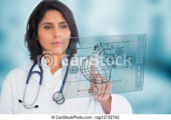 Cardiólogo usando una interfaz médica - csp12722742