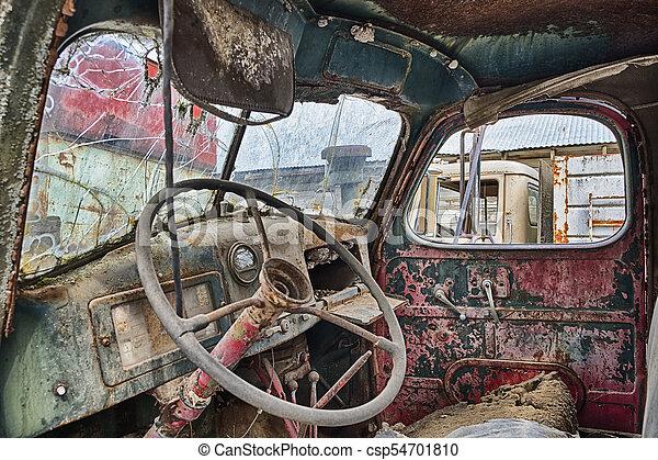 https://comps.canstockphoto.nl/interieur-oude-vrachtwagen-roest-plaatje_csp54701810.jpg