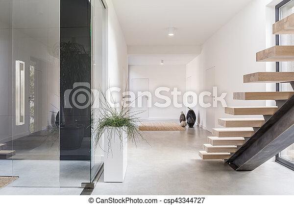 Interieur witte villa trap. decoratief villa trap houseplant