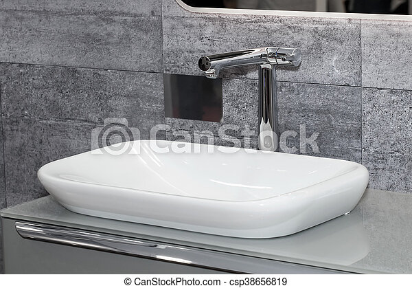 Interior del baño con lavabo blanco - csp38656819