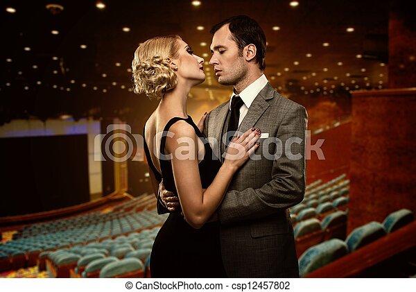 Pareja en el interior del teatro - csp12457802