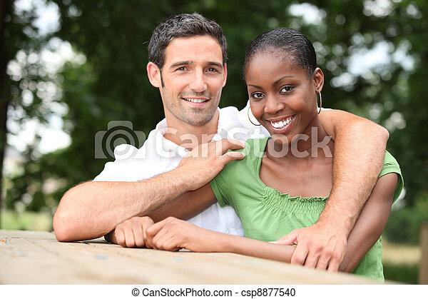 interracial カップル, 公園 - csp8877540