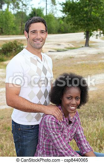 interracial カップル, 公園, 弛緩 - csp8440065