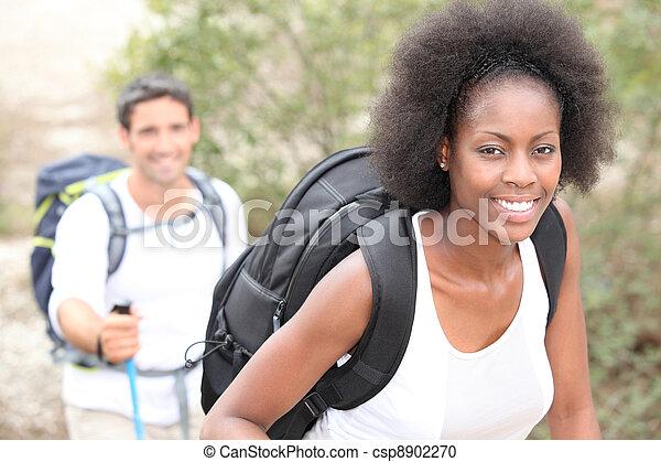 interracial カップル, 山, hiking. - csp8902270