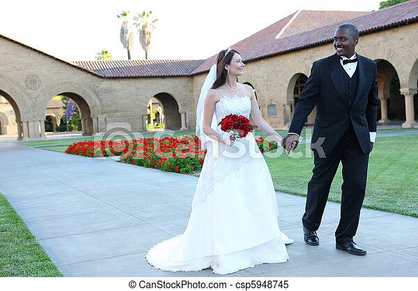 interracial カップル, 魅力的, 結婚式 - csp5948745
