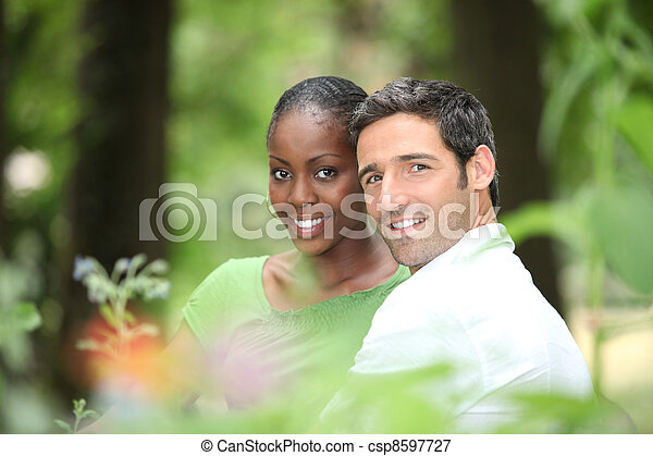 interracial カップル, park. - csp8597727
