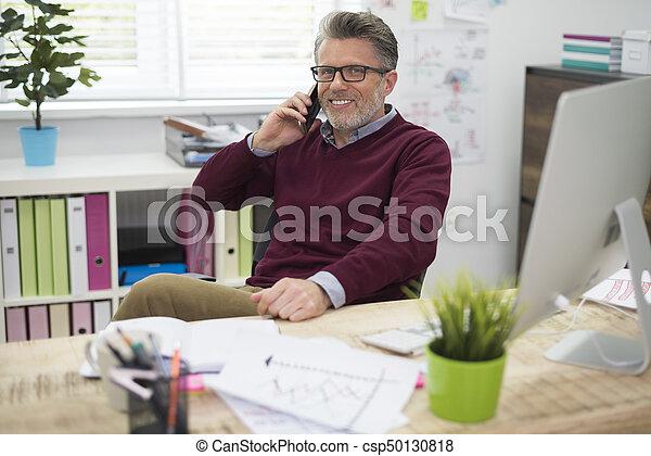 Un hombre durante un descanso en el trabajo - csp50130818