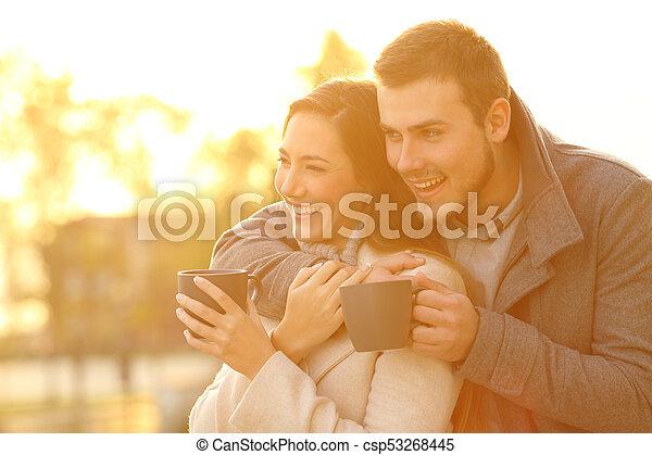 inverno, coppia, dall'aspetto, tramonto, lontano, felice - csp53268445