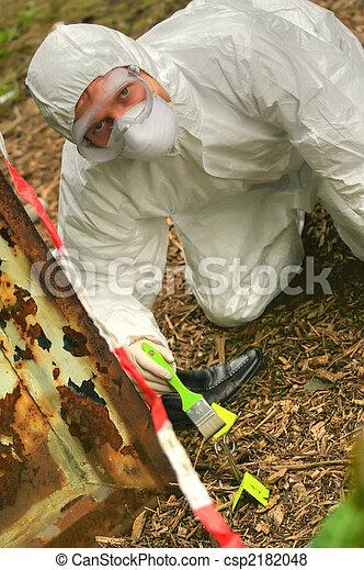 Investigando la escena del crimen - csp2182048