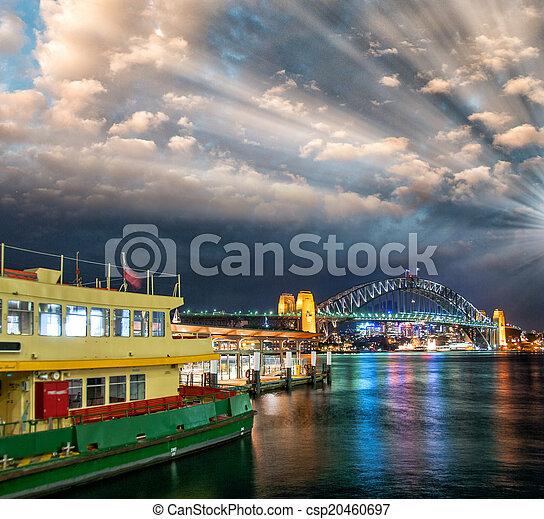 Una puesta de sol increíble sobre Sydney Harbour en la temporada de invierno - csp20460697