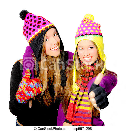 Feliz y sonriente sombrero de invierno jóvenes o chicas - csp5971298