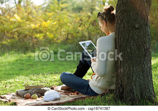 ipad, 距離, 女, 使うこと, モデル, education., 屋外で, の間, 散歩しなさい - csp18741387
