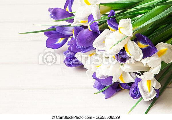 iris, bouquet, table bois, fleurs blanches - csp55506529
