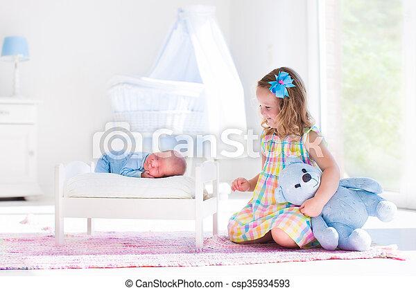 irmão pequeno, bebê recém-nascido, menina, tocando - csp35934593