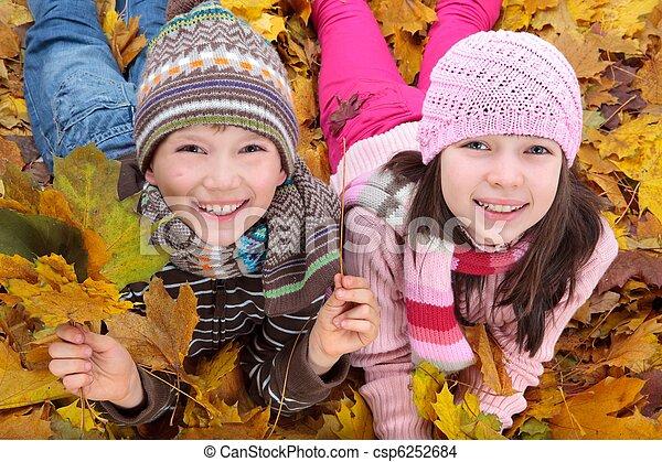 irmãs, folhas, caído - csp6252684