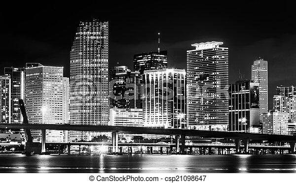 El horizonte de Miami por la noche, visto desde Watson Island, Miami, Flor - csp21098647