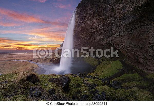Las cascadas de Seljalandsfos en el hielo - csp23099811