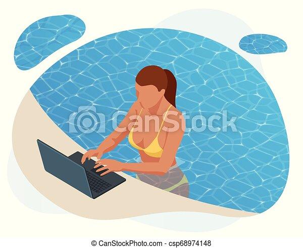Una joven isométrica trabajando en la playa con un portátil en un día soleado, sintiendo la relajación. Código libre o concepto de blogueo. Trabajar con placer. - csp68974148