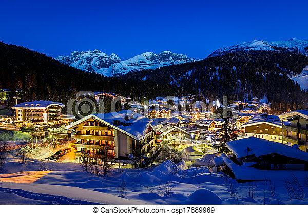 Resort de esquí iluminado de Madonna di campiglio por la mañana, Alpes italianos, Italia - csp17889969