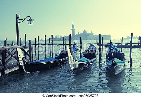 Gondolas, santo Mark Square, Venecia, Italia - csp26025707