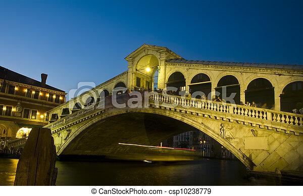 Rialto puente por la noche, Venecia, Italia - csp10238779