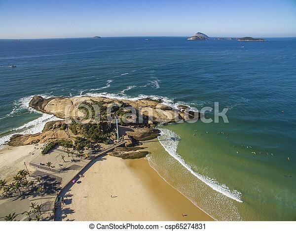 Playa Arpoador en el distrito de Ipanema, rio de Janeiro, Brasil. - csp65274831