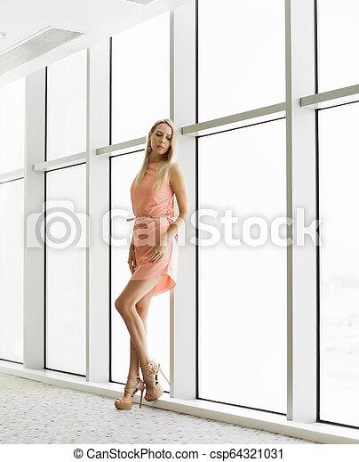 janela, mulher, predios, escritório, elegante - csp64321031