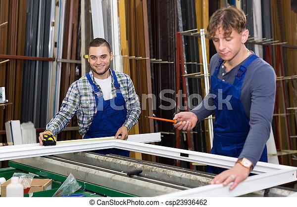 janela, perfis, trabalhando, trabalhadores, dois - csp23936462