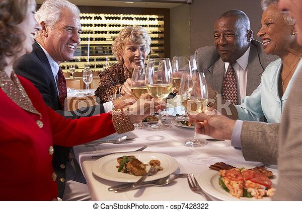 jantar, amigos, tendo, junto, restaurante - csp7428322