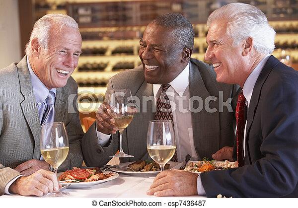 jantar, amigos, tendo, junto, restaurante - csp7436487