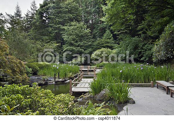Zig zag Brücke im japanischen Garten - csp4011874