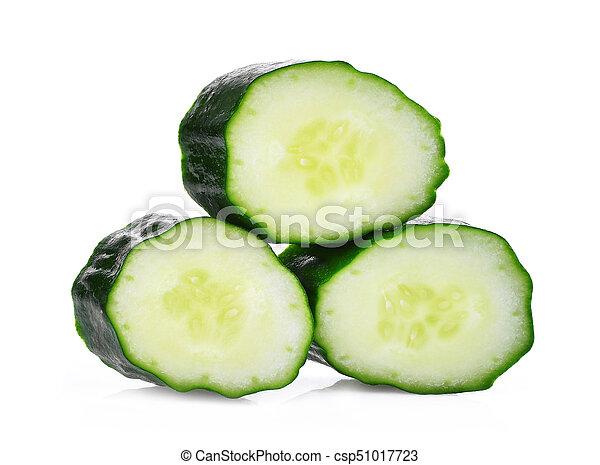 Un trozo de pepino japonés fresco, suhyo o calabacín aislado en el fondo blanco, verduras saludables - csp51017723