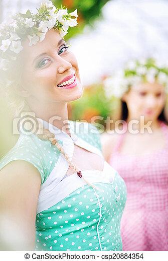 Dos hermosas ninfas de flores en flor de jardín - csp20884354