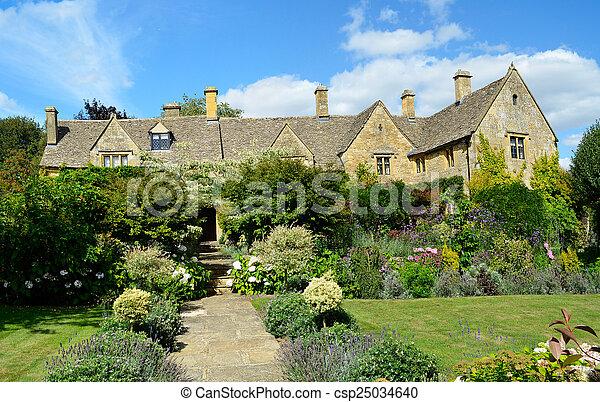 Casa inglesa con jardín de flores - csp25034640