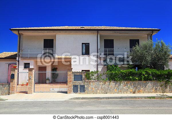 Jardin cl tur fa ade petite maison blanc deux histoire balcon - Petite cloture jardin ...