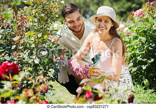 jardinería, familia joven - csp83221271