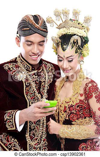 Feliz boda de Java con móvil - csp13902361