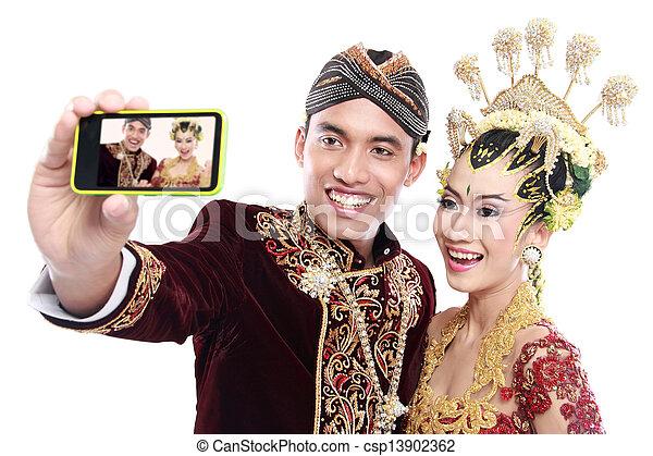 Feliz boda de Java con móvil - csp13902362