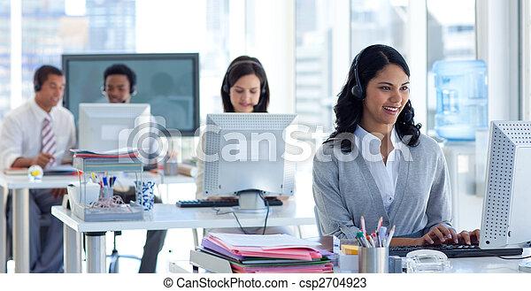 jej, środek, koledzy, rozmowa telefoniczna, kobieta interesu - csp2704923