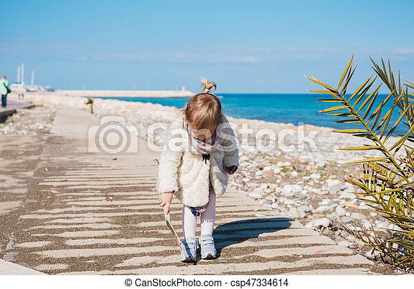 jeu, concept, gens, -, plage., carrée, crosse, mer, dorlotez fille, assied, enfant, enfance, route - csp47334614