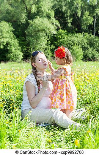 jeu, fille, clairière, pissenlits, mère, petit - csp9992708