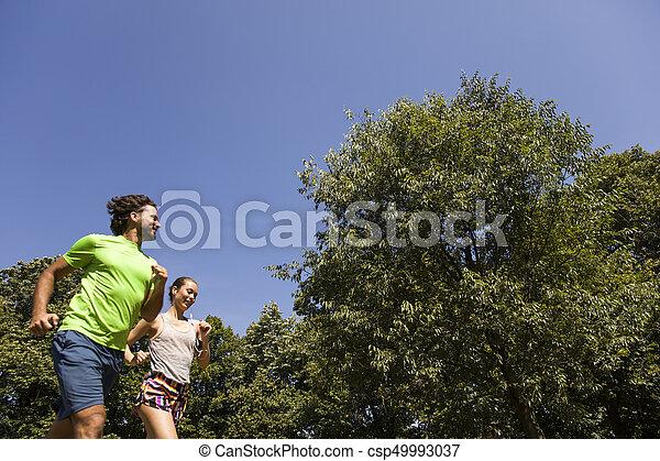 jeune, courant, couple, nature - csp49993037