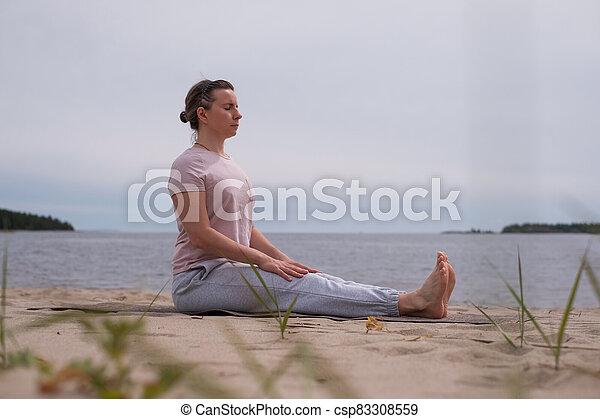 jeune dandasana pratiquer yoga sportif pose femme