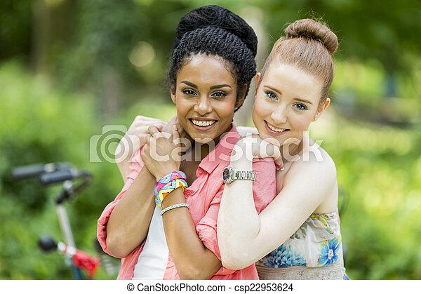 jeunes femmes - csp22953624