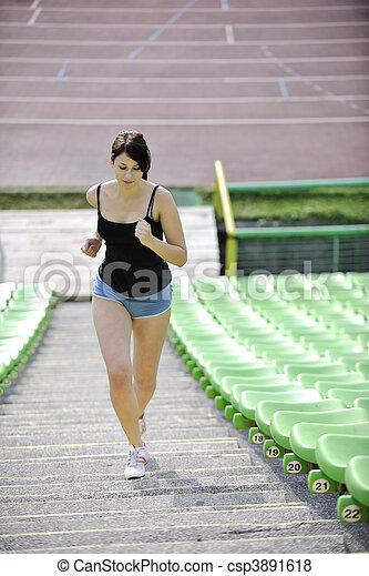 Frauen joggen im Sportstadion - csp3891618