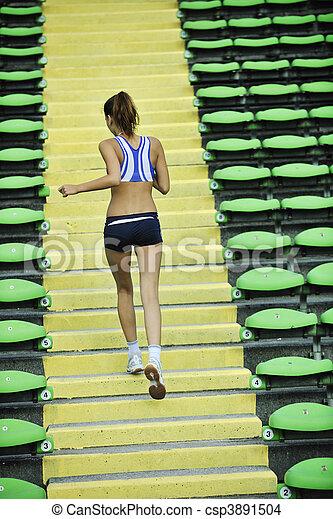 Frauen joggen im Sportstadion - csp3891504
